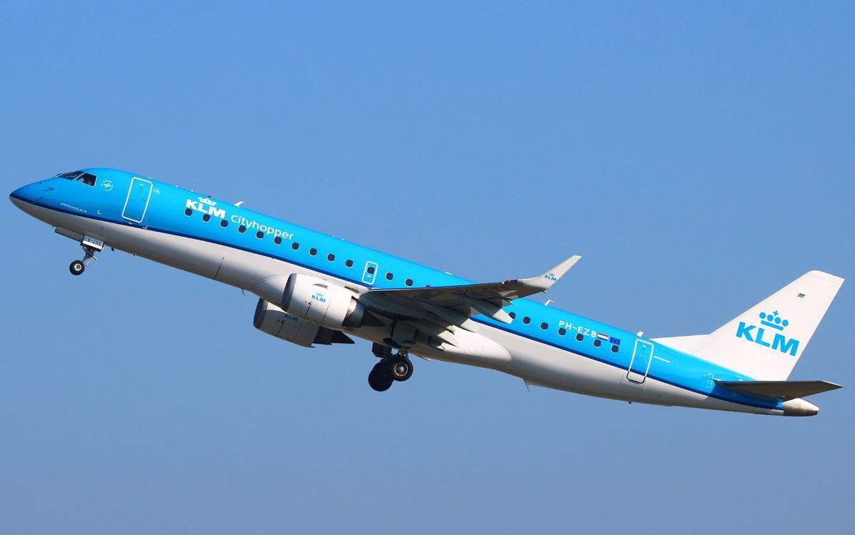 空乘面试培训:稳定的事业单位还是自由飞的空乘?